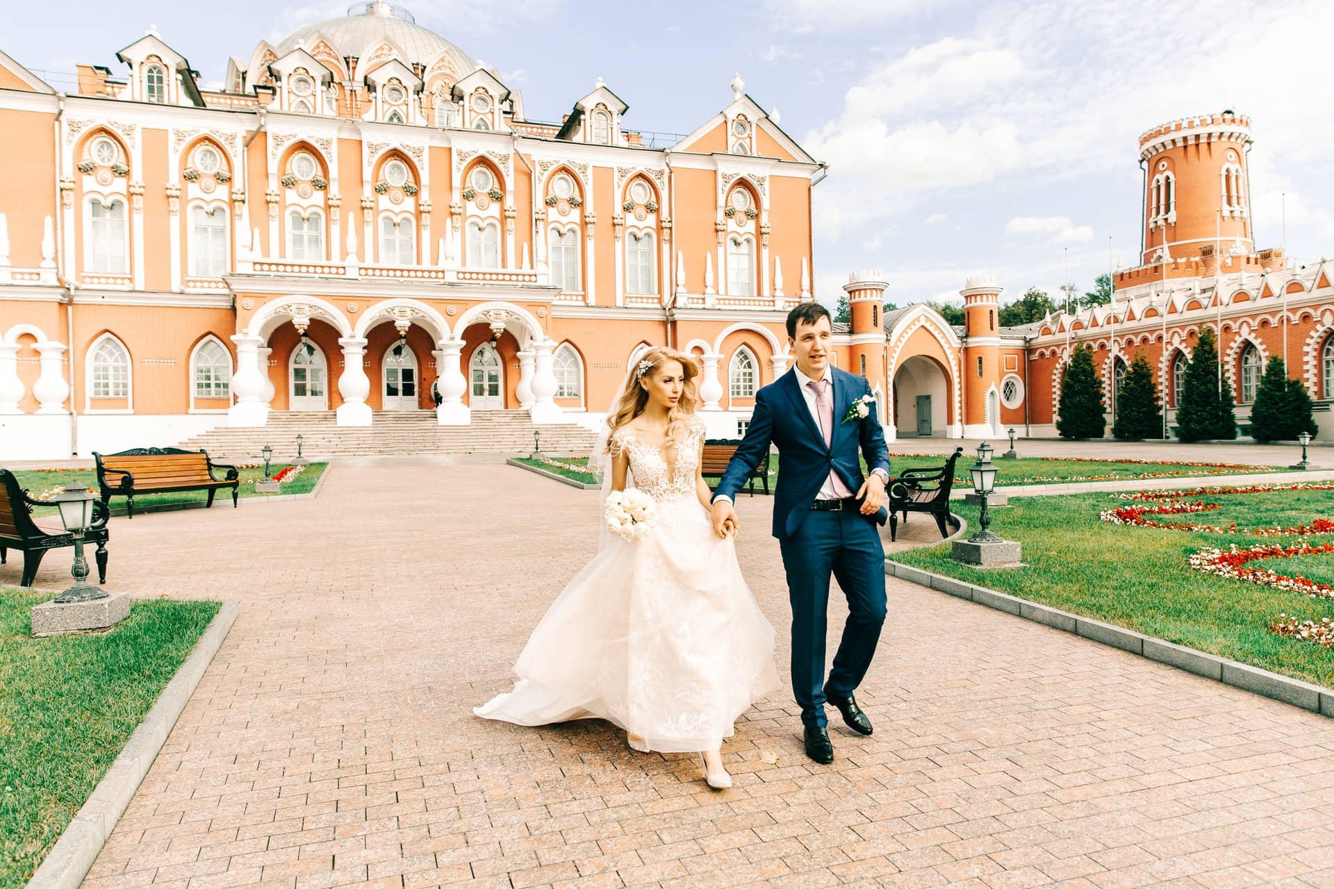 первый петровский путевой дворец фото свадьбы является очаровательной свинкой
